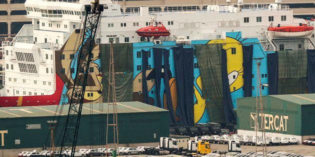Lonas oscuras cubriendo las figuras de los Looney Tunes en el barco destinado a los agentes de refuerzo...
