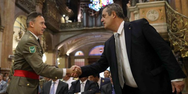 El 'conseller' de Interior, Joaquim Forn, saludando al inspector general del Ejército, el general Fernando...