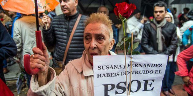 Militantes a la salida de Ferraz pidiendo que el PSOE mantuviera el voto contrario a la investidura de