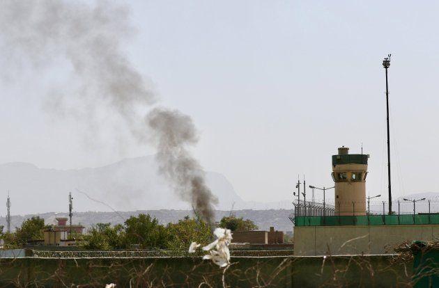 El humo se eleva sobre el escenario en el que tres proyectiles mortero impactaron cerca del aeropuerto...