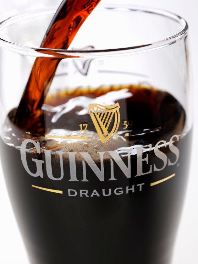 La cerveza Guinness es en realidad roja, no