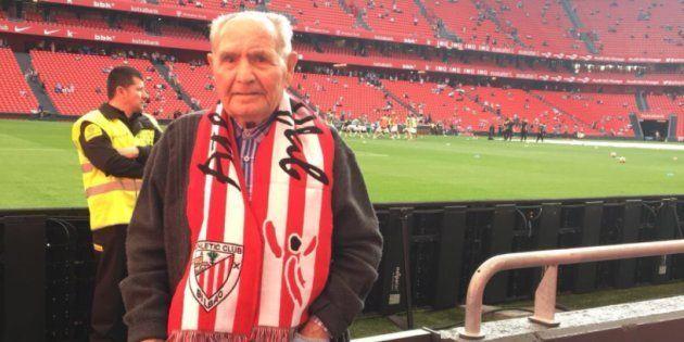 El señor Marcos, abuelo de la tuitera Gema Torres, en el campo del Athletic de
