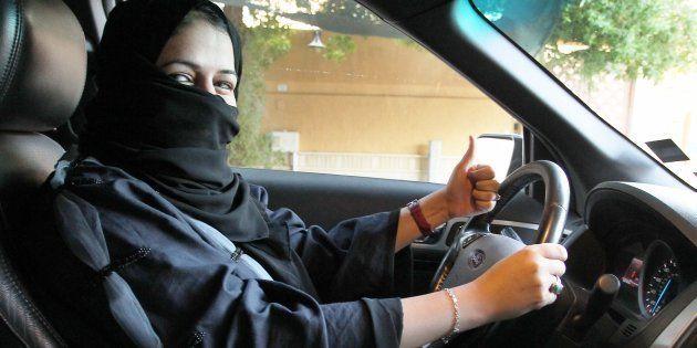 Una mujer se sienta al volante de un coche en Riyadh (Arabia Saudí), en la mañana de este