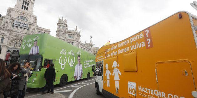 La caravana de Hazte Oír se cruza con el autobús de El Intermedio en la Plaza de Cibeles