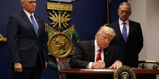 Trump durante la firma del nuevo veto
