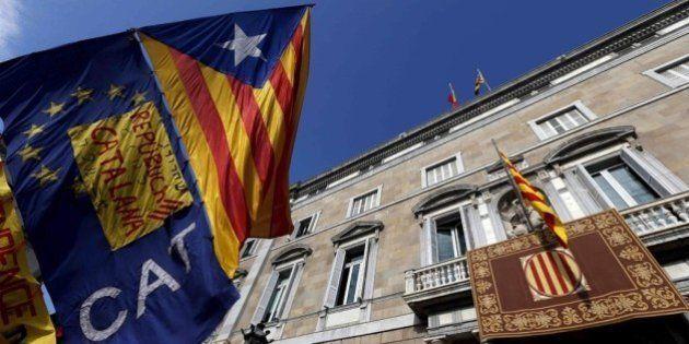 La JEC ordena retirar las banderas independentistas de los edificios