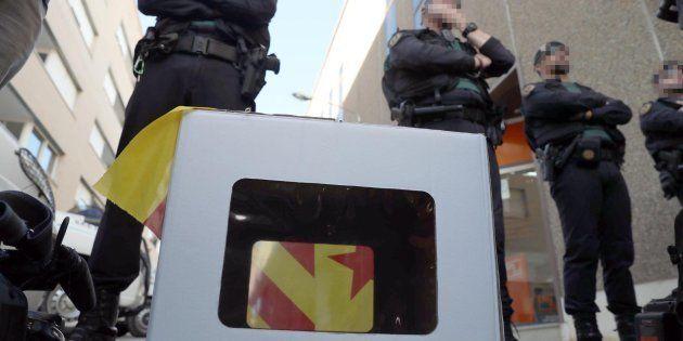 Imagen de archivo de miembros de la Guardia Civil protegiendo el acceso a la oficina de la empresa de...