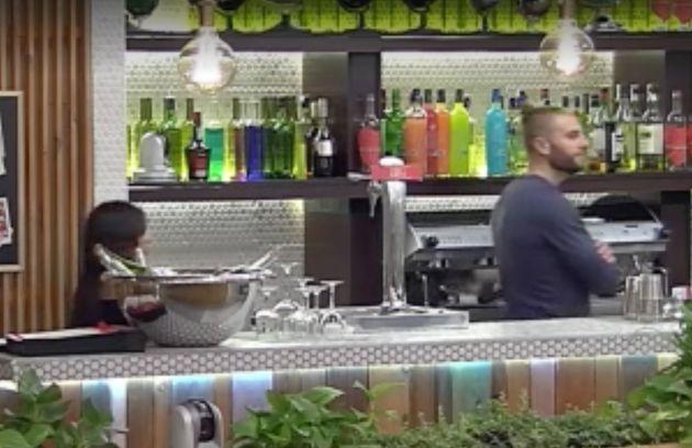 Esta camarera vive el momento más embarazoso de la historia de 'First