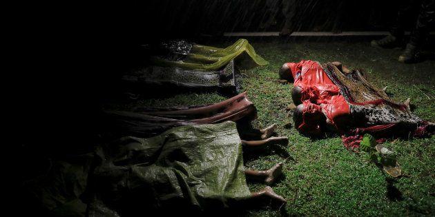 Cuerpos de niños y adultos ahogados en el naufragio de su barco, fotografiados en la playa de Inani,...