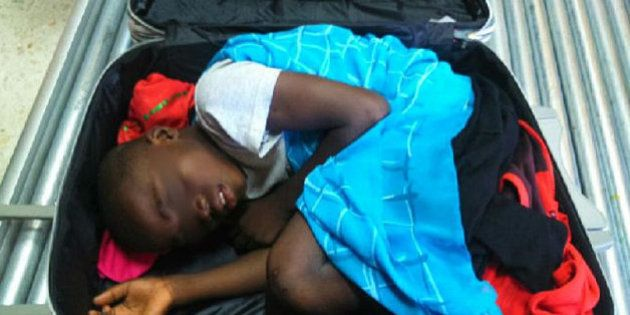 Adou, el 'niño de la maleta', abraza a su