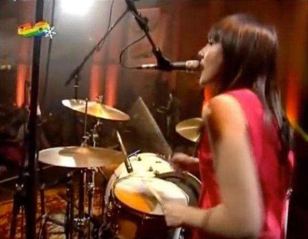 Eva Amaral tocando la batería durante un concierto en