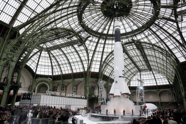 El 'centro de lanzamiento espacial' que ha creado Karl Lagerfeld para presentar la colección otoño/invierno...