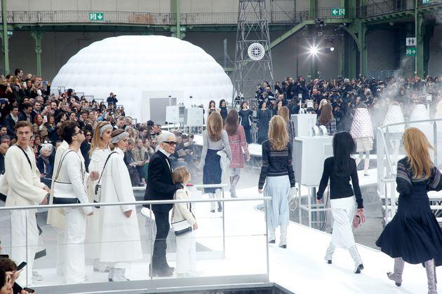 Karl Lagerfeld en el Grand Palais al final del desfile de Chanel en