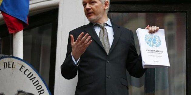 Imagen de archivo de Assange en la embajada de Ecuador, donde permanece desde