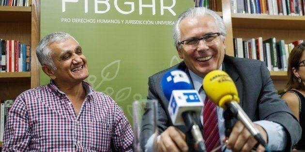 El periodista y escritor sueco de origen turco Hamza Yalçin y su abogado, Baltasar Garzón, durante la...