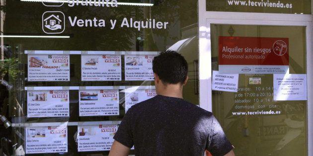 Vista de un escaparate de una inmobiliaria en Madrid, con anuncios de pisos en
