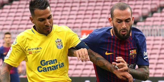 Jonathan Viera, de Las Palmas, con Aleix Vidal, del FC