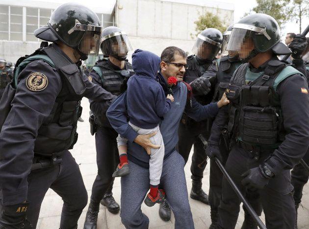 Así convence un guardia civil a un padre de que saque a su hijo de una carga