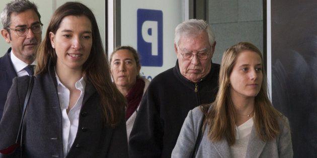 El exdirector administrativo del Palau, Jordi Montull y su hija Gemma (ambos en el centro de la imagen),...