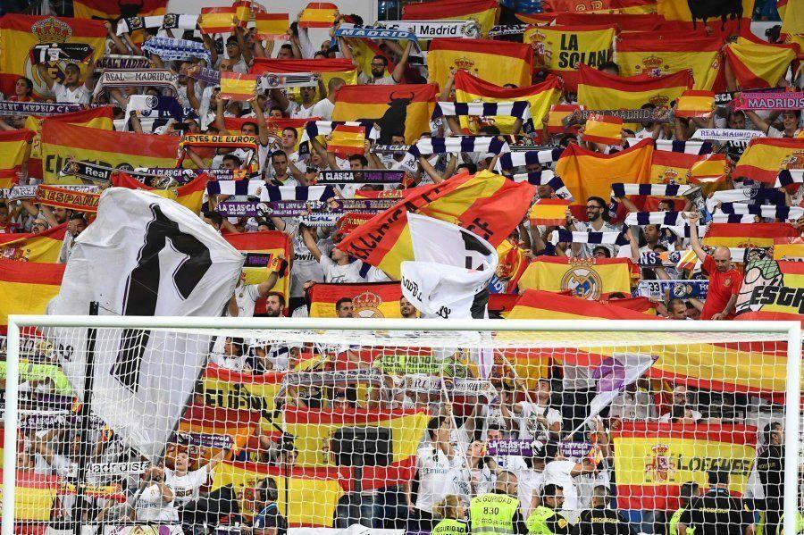 El Santiago Bernabéu se llena de banderas de España tras el referéndum en