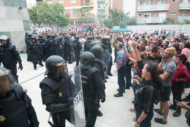 Agentes de la Policía Nacional forman un cordón policial en el IES Tarragona.