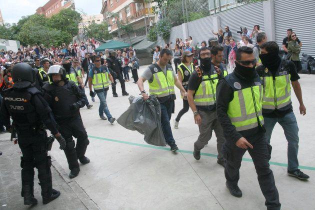 Agentes de la Policía Nacional retiran urnas del IES Tarragona -