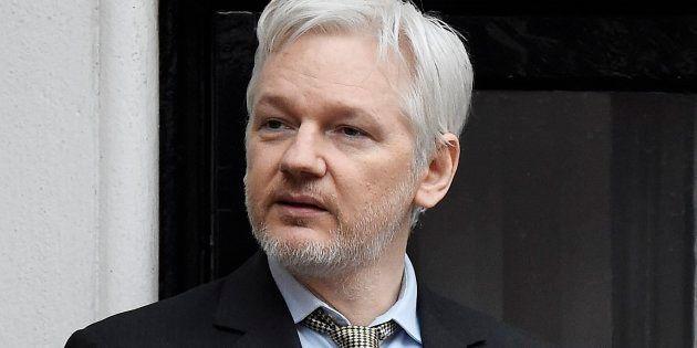 El fundador del portal WikiLeaks, Julian Assange, se dirige a los medios desde el balcón de la embajada...
