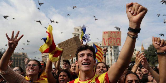Un grupo de ciudadanos partidarios de la independencia, reunidos hoy en la plaza de Sant Jaume de