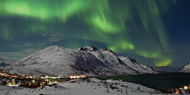 Nordlys over Ersfjorden, Kval¯ya, Troms¯ kommune. Diciembre