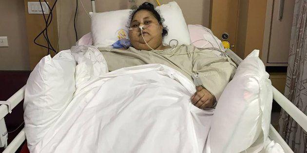 Eman Ahmed Abd El Aty recuperándose de la operación en su cama del Hospital Saifee de