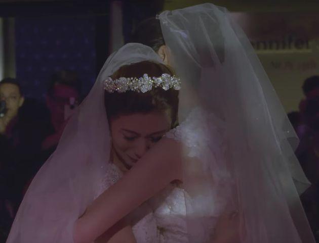 El jefe de esta chica lesbiana la acompañó al altar porque su padre no