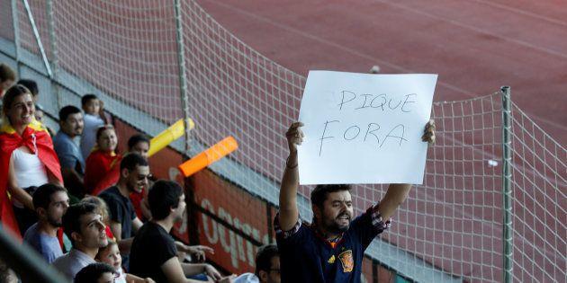 La Guardia Civil requisa varias pancartas contra Piqué en el entrenamiento de la
