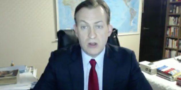 Está siendo entrevistado por la BBC desde su casa y ocurre