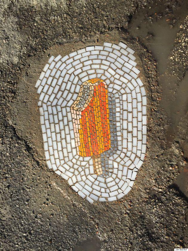 Helados para tapar socavones: el artista Jim Bachor arregla así las calles de