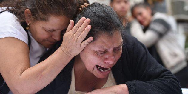 Rosa María Tobar, madre de la niña Rosa Espino Tobar, llora sobre el ataúd de la pequeña, momentos antes...