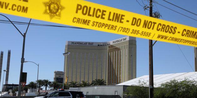 El Mandalay Bay Resort de Las Vegas, rodeado aún por el cordón policial y vigilado por una patrulla,...