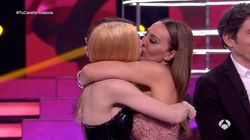 Mónica Naranjo se besa con su doble en 'Tu cara no me