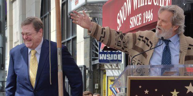 Jeff Bridges disfrazado de 'El Nota' en el discurso de entrega de la estrella en el Paseo de la fama...