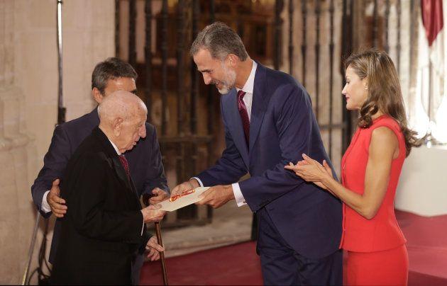 Victorino Martín, acompañado por su hijo y junto a los reyes Felipe VI y Letizia, en la entrega de los...
