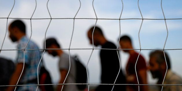 Refugiados sirios cruzando la frontera entre Grecia y Macedonia, en una imagen de