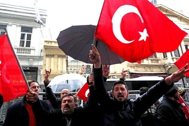 Partidarios de Erdogan se manifiestan ante el consulado de Holanda en