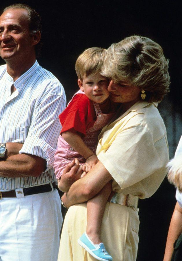La princesa Diana abraza al príncipe Enrique en presencia del rey Juan Carlos durante una visita a Mallorca...