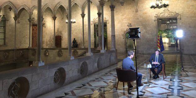 El president catalán, Carles Puigdemont, atendiendo al reportero de la BBC, Tom Burridge, en el Palau...