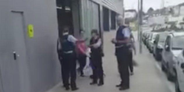 La escena de un Mercadona rodeado de mossos arrasa por lo que denuncia un
