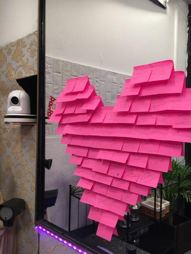 Un corazón de 'post its' preside el espejo de la sala... junto a una