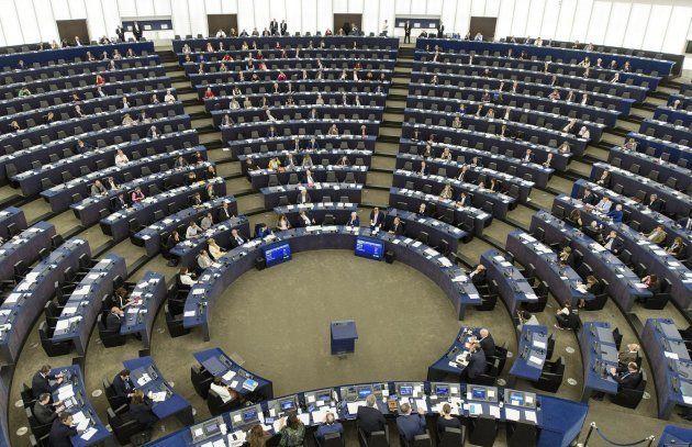 Eurodiputados asisten al debate sobre