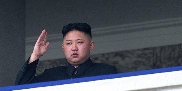 Kim Jong-un, líder de Corea del Norte, realiza el saludo