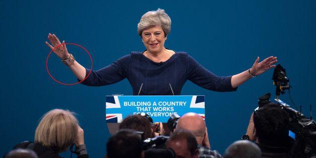 Theresa May, duramente criticada por un brazalete con imágenes de Frida