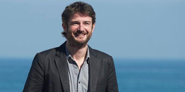El actor Gorka Otxoa juega con la baraja española para valorar la comparecencia del