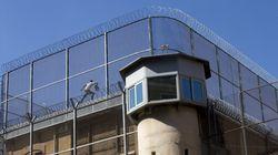 Un preso burla la vigilancia y se encarama al tejado de la cárcel